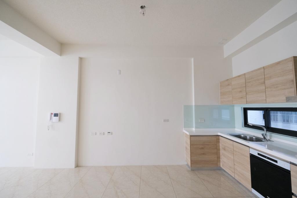 新家裝潢分享, 簡約風客廳設計, 柚木臥榻, 調光簾, 北歐風沙發, 玻璃鐵件拉門, 有情門磐石茶几, AJ2 馬爾默沙發