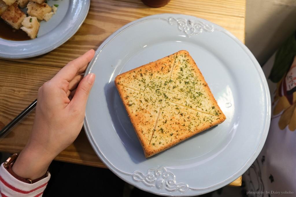 老骨頭爌肉飯糰, 台中火車站早餐, 台中飯糰, 控肉飯糰, 爌肉飯糰, 蘿蔔糕, 大蒜麵包