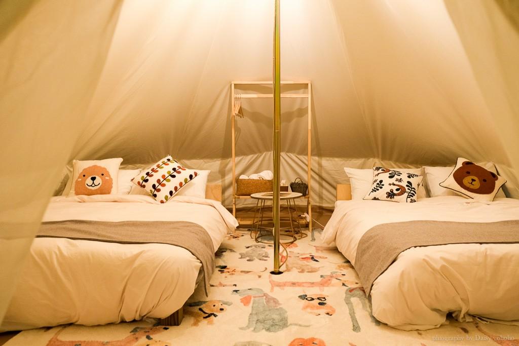 蟬說山中靜靜帳篷內部,可愛的動物抱枕與地墊,昏黃的燈光超溫馨,懶人就可以入住