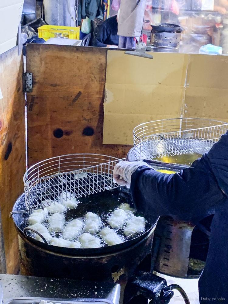 春粿面白糖粿的現炸白糖粿,油鍋看起來相當乾淨。