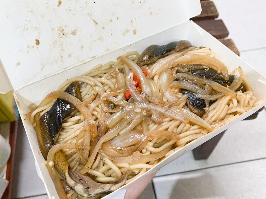 嘉義蘭井街,生炒鱔魚麵 30 年老店。炭火焦香濃,鱔魚脆口!