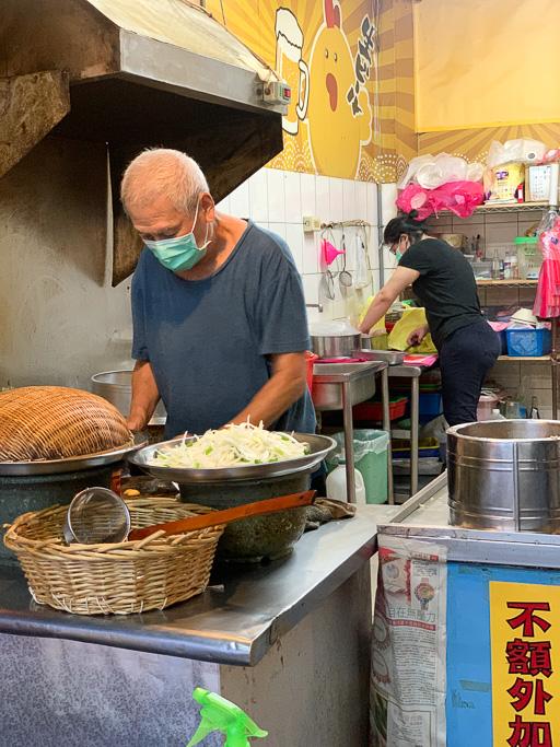 二哥炒鱔魚,海安路宵夜美食,大火快炒的鑊氣,鱔魚跟意麵都很 Q!