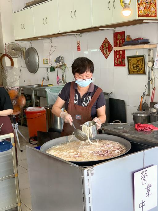 台南在地古早味邱家小卷米粉,國華街最長排隊人潮小吃,湯頭十分清甜好喝。