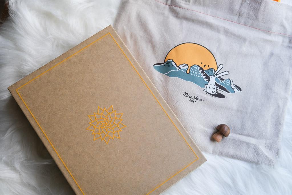 微熱山丘,2021年中秋節禮盒「鳳梨奶黃月餅」,蛋黃香與鳳梨酸甜的交織。