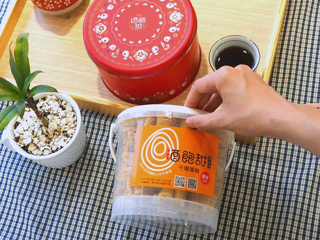 """空氣感小兔子手工千層蛋捲,酒飽甜製菓所 100% 日本麵粉。「經典包裝」和「小紅圓滿鐵盒」一次開盒給你看,「經典包裝盒」上面有 """" Open """" 的字樣,一撥就能輕鬆打開!「小紅圓滿鐵盒」則是撕開外面的長膠帶,就可以享用了!"""