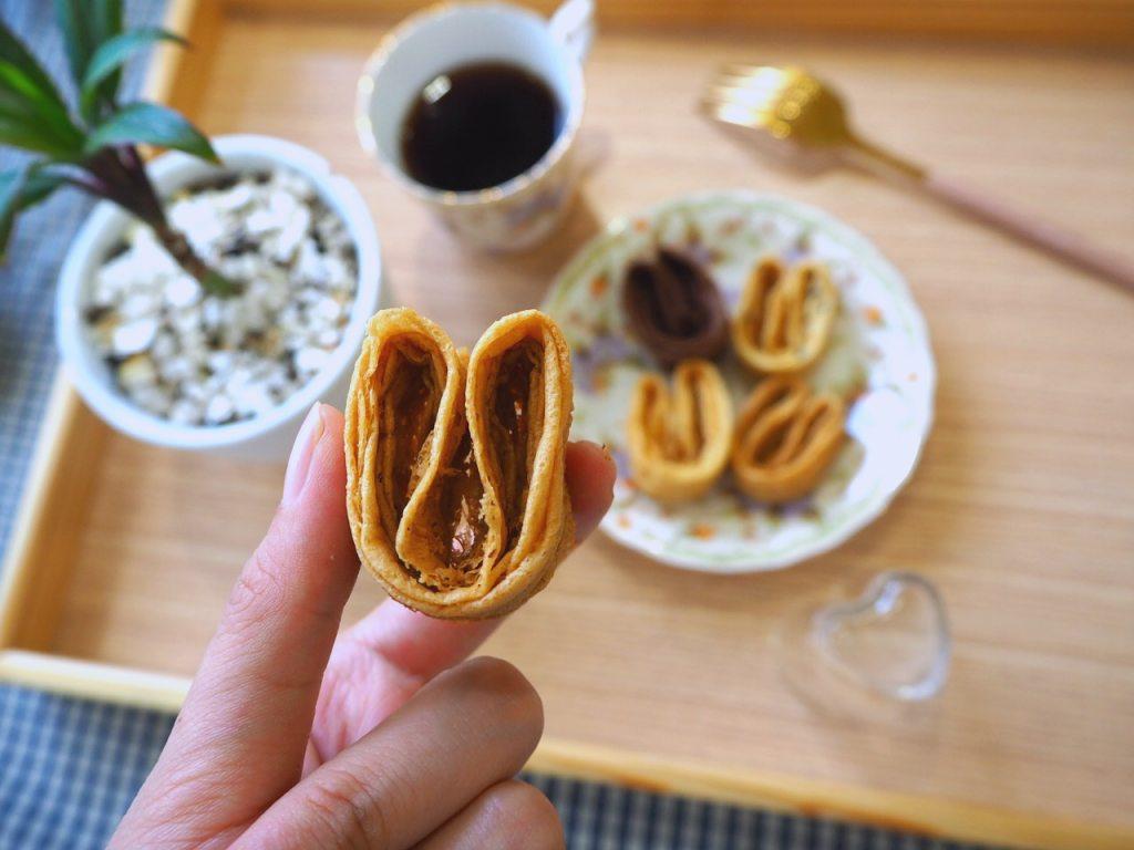 空氣感小兔子手工千層蛋捲,酒飽甜製菓所 100% 日本麵粉。酒飽甜的千層蛋捲一共有 4 種口味,分別是原味、芝麻、咖啡以及巧克力口味,都是蛋奶素。別小看只有四種口味,這可都是老闆精挑細選,經過上百次的測試,才嚴選出來的口味。讓我們一起來品嚐精品級的空氣感小兔子千層蛋捲。
