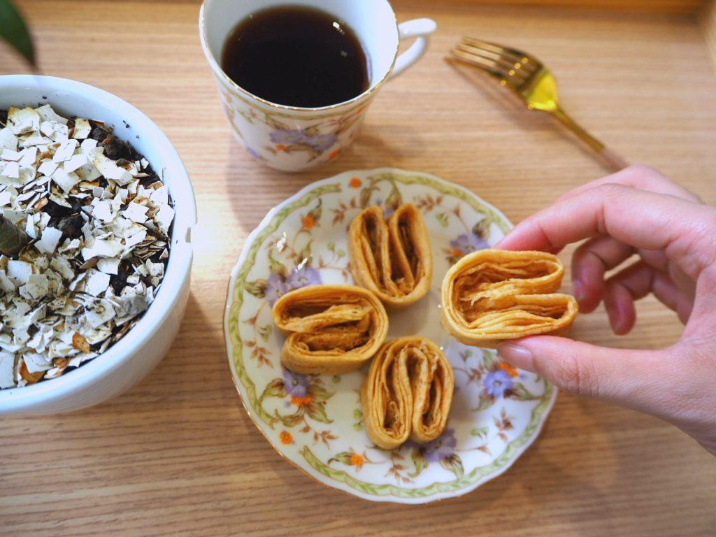 空氣感小兔子手工千層蛋捲,酒飽甜製菓所 100% 日本麵粉。空氣感爆炸的必吃經典原味,開盒就能聞到滿滿的天然手工蛋捲香氣,原料使用日本 100% 原裝「鳥越麵粉」與「履歷新鮮蛋品」。將「空氣、麵粉與蛋」完美結合,才能製作出獨家的細緻酥脆的口感,唇齒留香,讓人捨不得一口吃完,只想留在嘴裡細細品嚐!