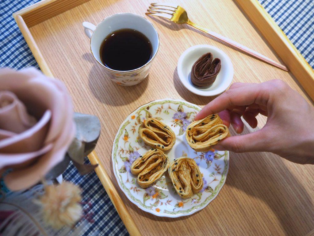 空氣感小兔子手工千層蛋捲,酒飽甜製菓所 100% 日本麵粉。咀嚼撲鼻香的超耐吃芝麻口味,透過熱壓將芝麻的天然香氣逼出,馥郁的焙烤搭配純粹豐厚的新鮮蛋香,讓人懷念的好滋味,養生一族的最佳選擇,送禮給爸媽、長輩都超適合!!這個像不像愛恆長久的芝麻口味的老夫老妻 :D