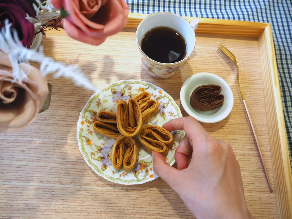 空氣感小兔子手工千層蛋捲,酒飽甜製菓所 100% 日本麵粉。連不喝咖啡的客人都愛的咖啡口味。比原味再深一點點的咖啡口味,是使用「阿拉比卡天然咖啡粉」,拌入 100% 日本鳥越麵粉與紐西蘭安佳奶粉。酒飽甜的咖啡千層蛋捲,不是單一的咖啡味而已,而是第一口淺嚐的時候,只有淡淡的咖啡香,透過咀嚼時的口溫,將千層蛋捲的香氣爆滿整個口腔,愈咬愈香愈帶勁。連不喝咖啡的客人,都喜歡吃的咖啡口味。