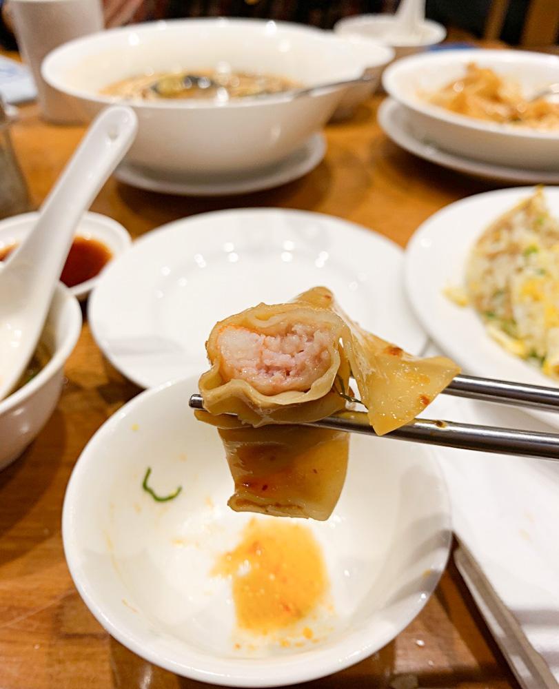 鼎泰豐,小籠湯包外,還有刀功一流的酸辣湯、粒粒分明的炒飯!中山站南西店