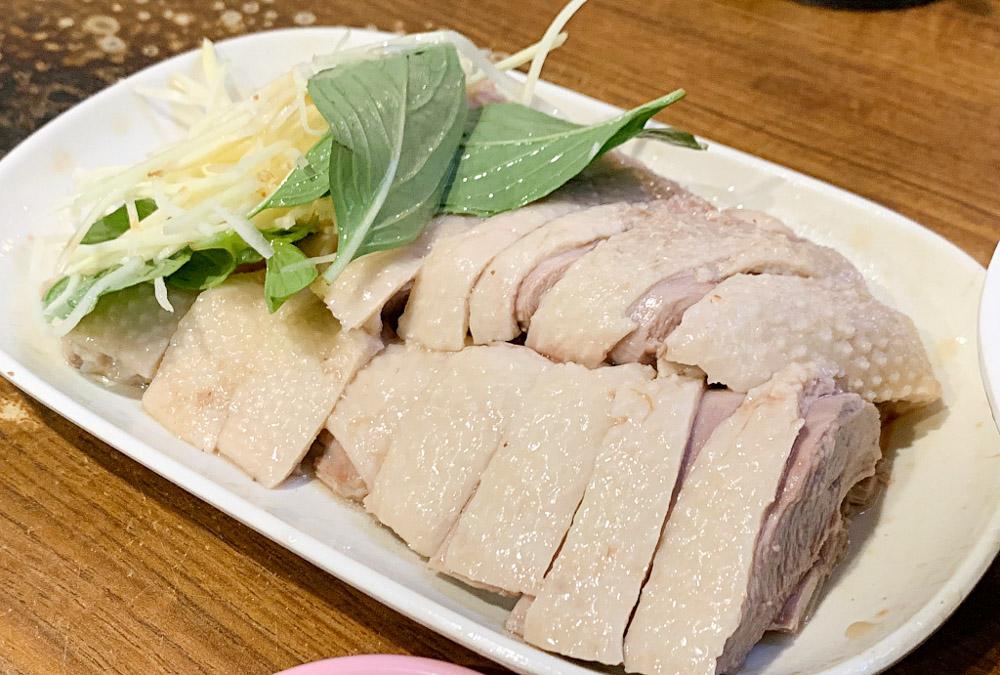 三十年無名鵝肉攤,長春國賓旁宵夜美食,價格實惠,切一盤鵝肉來吃!