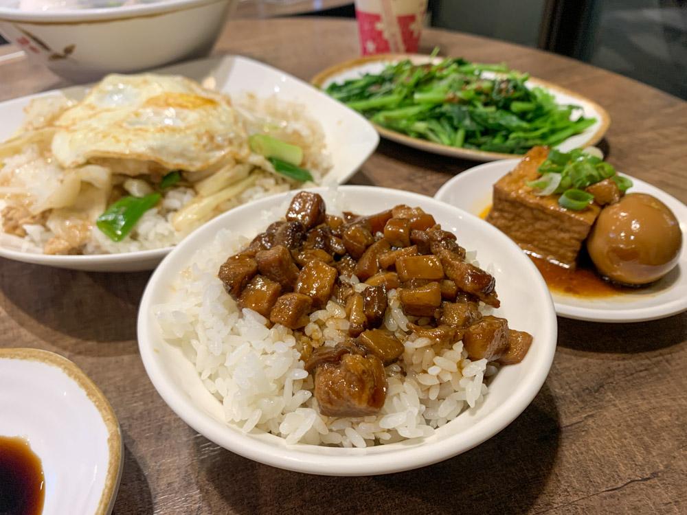 台南正虱目魚專賣,環境乾淨有冷氣,蔥爆魚肉蓋飯、鮮美的虱目魚肚湯